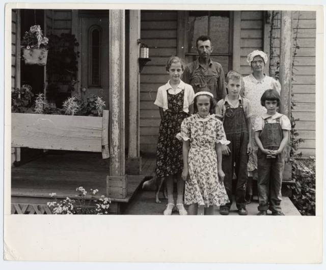 Photograph of Virgil Thaxton and family near Mechanicsburg, Ohio, Summer 1938 by Ben Shahn.